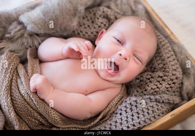 how to make infant sleep in crib