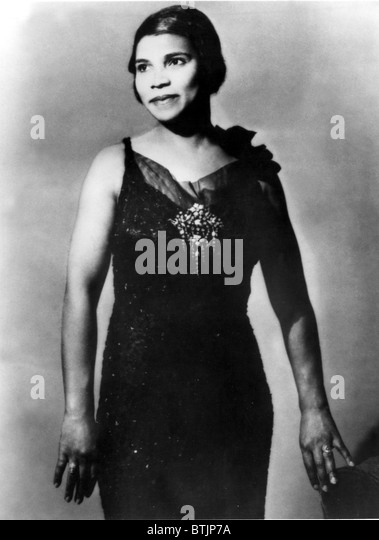 marian anderson On april 9, 1939, singer marian anderson performed at the lincoln memorial in  washington, dc, after she was denied use of constitution hall because of her.