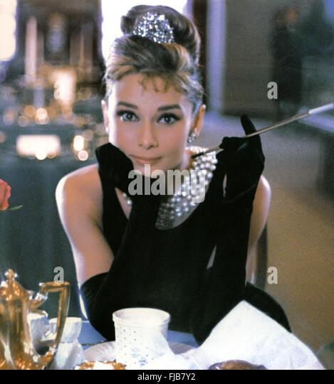 Audrey hepburn breakfast tiffanys 1961 stock photos for Diamant sur canape
