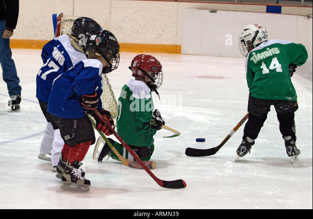 how is hockey game played