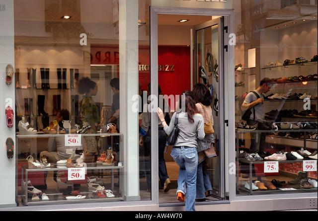 paris shopping shoes stock photos paris shopping shoes stock images alamy. Black Bedroom Furniture Sets. Home Design Ideas