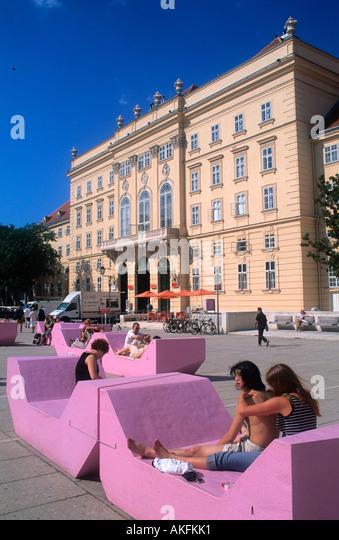 Liegemöbel museumsquartier sitz und liegemöbel im stock photos