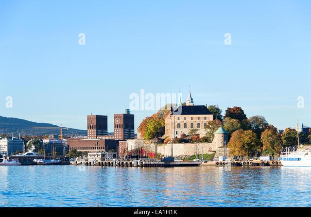 akershus-fortress-and-radhuset-ea1h1k.jp