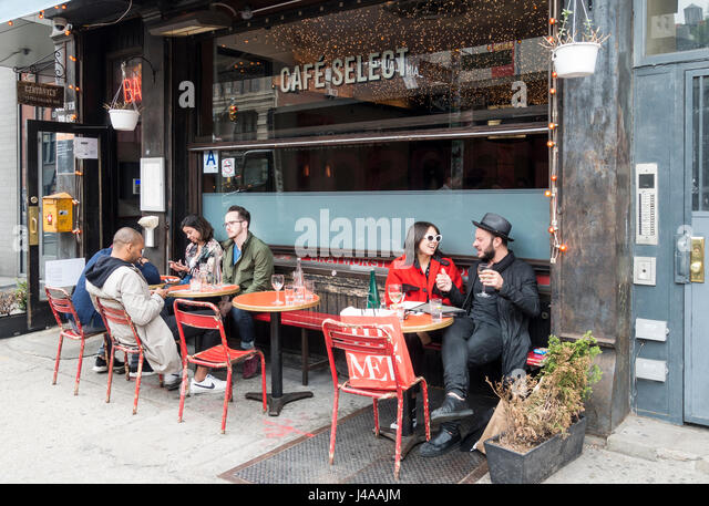 Friends enjoying drinks at the Cafe Select in SoHo in New York City - Stock Image