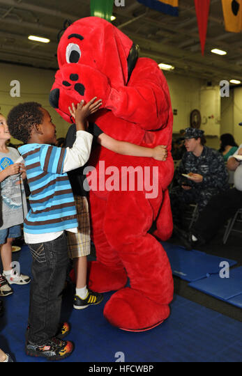clifford the big red dog mingles with sailors children aboard the aircraft carrier uss george - Clifford The Big Red Dog Halloween Costume