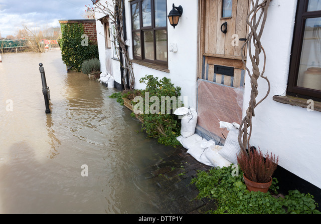 the-river-avon-flooding-at-tewkesbury-gl