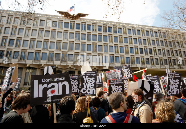 Anti War Peace Protesters Outside Us American Embassy In London Uk Stock Image