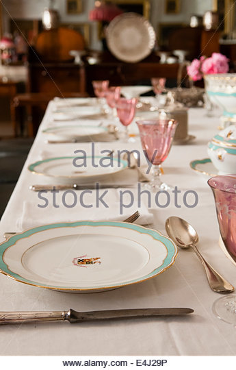 how to set a dinner table for a formal dinner