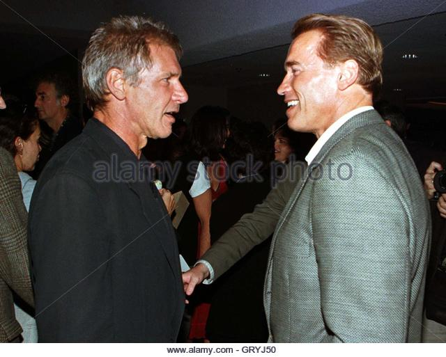 ¿Cuánto mide Harrison Ford? - Real height Actor-harrison-ford-l-talks-with-fellow-actor-arnold-schwarzenegger-gryj50