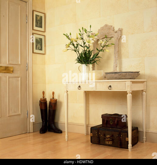 Cream Hall Table vase flowers on hall table stock photos & vase flowers on hall