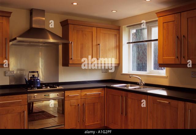 Oak kitchen units stock photos oak kitchen units stock for Oak fitted kitchen
