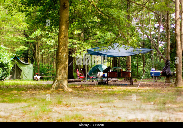 Picnic table at campground stock photos picnic table at for Camping jardin de mon pere