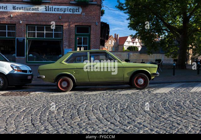 Old car no wheels stock photos old car no wheels stock for Garage ford bruges