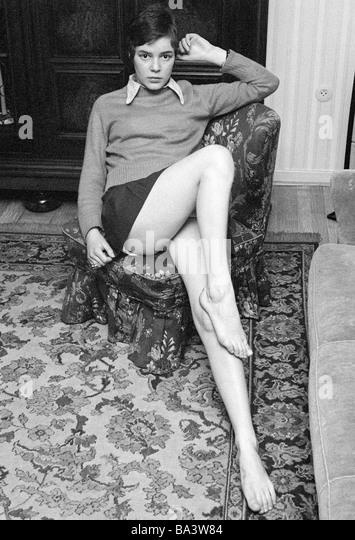 stock photo siebziger jahre menschen junges maedchen nackten beinen posiert