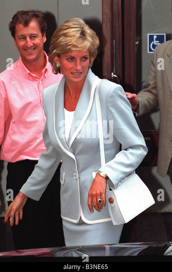 princess diana at ballet school still wearing her wedding and engagement ring on divorce day august - Princess Diana Wedding Ring