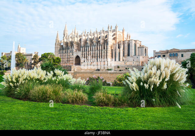 Spain, Palma de Majorca, view of the Cathedral with a garden in the foreground - Stock Image