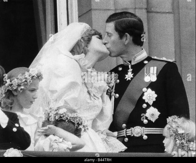 Meghans engagement gown....guess how much. Prince-charles-and-his-new-bride-diana-kiss-on-the-balcony-of-buckingham-b44trh