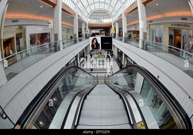 Upscale shoppers stock photos upscale shoppers stock for Roosevelt field jewelry stores