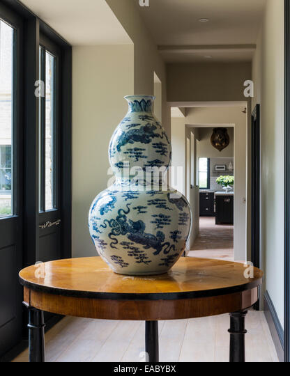 Double Gourd Chinese Vase On Antique Round Table In Corridor   Stock Image