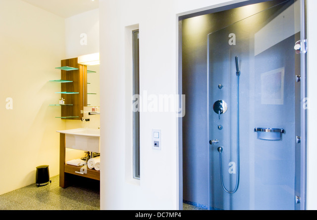 dusche badezimmer modern stock photos dusche badezimmer modern stock images alamy. Black Bedroom Furniture Sets. Home Design Ideas