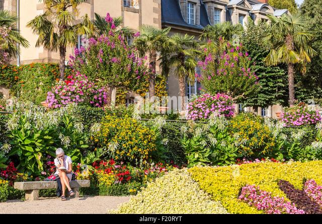 Flowerbed garden woman stock photos flowerbed garden woman stock images alamy for Images of couch for hall rennes