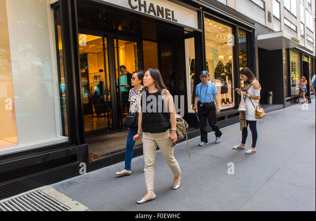 Group Of Chinese Tourists Paris Stock Photos & Group Of ...
