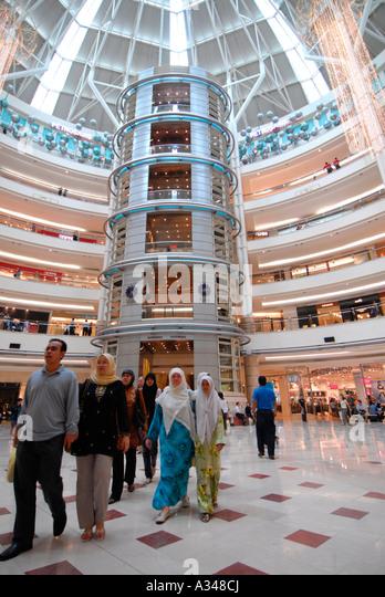 Muslim woman craps in mall