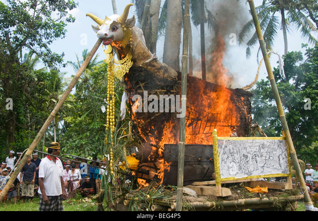 Indonesia Rituals Weddings And Funerals: Traditional Balinese Cremation Stock Photos & Traditional