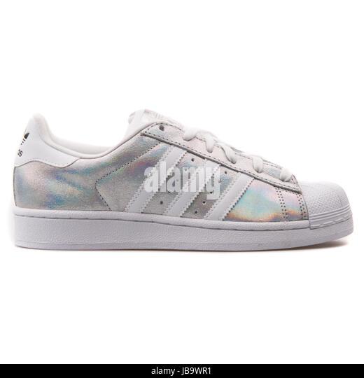 adidas scarpe da ginnastica stock foto & adidas scarpe da ginnastica stock immagini alamy