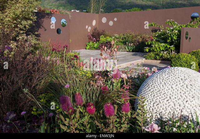 Patio pebbles stock photos patio pebbles stock images for Pip probert garden designer