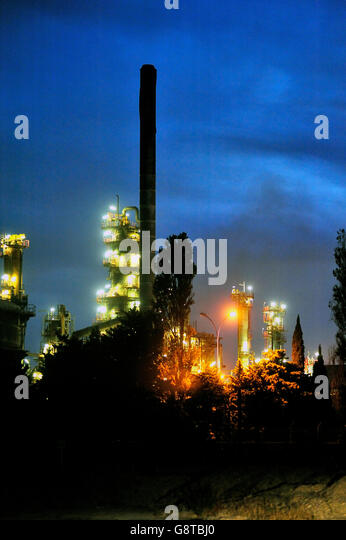 french-oil-refinery-in-fos-on-sea-beside