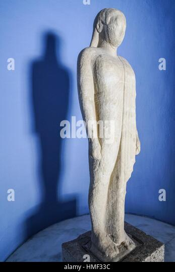 statue of kouros A kouros is a statue of a standing nude youth that did not represent any one individual youth but the idea of youth used in archaic greece as both a dedication to the gods in sanctuaries and as a grave monument, the standard kouros stood with his left foot forward, arms at his sides, looking straight ahead.