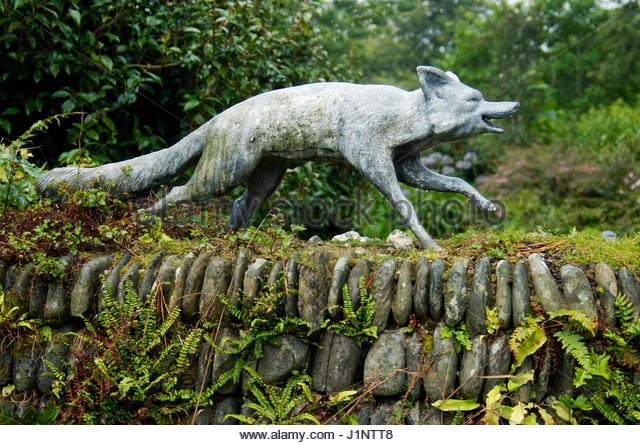 FOX STATUE AT ENTRANCE TO GLENDURGAN GARDEN CORNWALL.   Stock Image