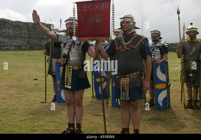 https://l7.alamy.com/zooms/9114d383964f497b9e61b88f697a843c/members-of-a-roman-re-enactment-society-dressed-as-roman-legionnaires-af48w4.jpg