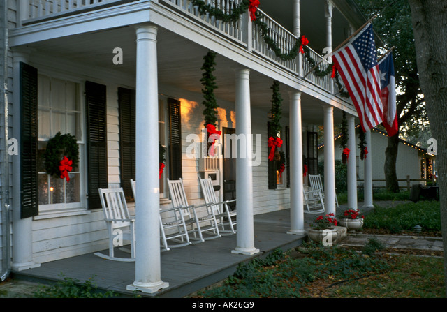 Colonial style bed and breakfast home with white columns for Colonial porch columns