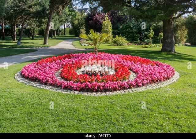 Round flower bed stock photos round flower bed stock for Circular flower garden designs