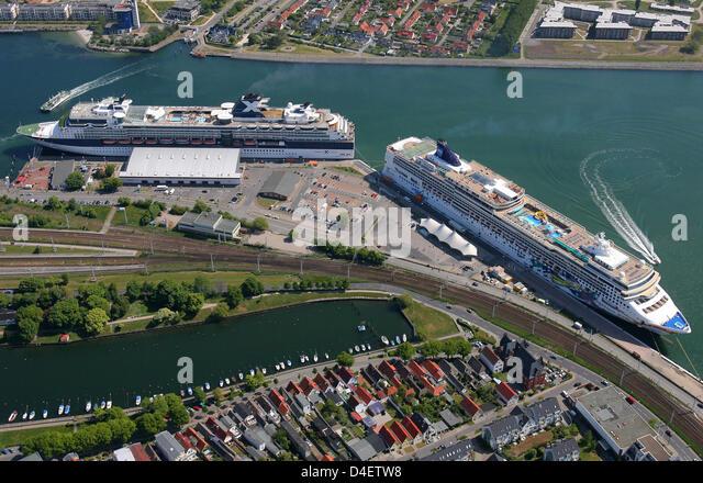 Cruise Ship Passengers Leave Stock Photos Amp Cruise Ship Passengers Leave Stock Images Alamy