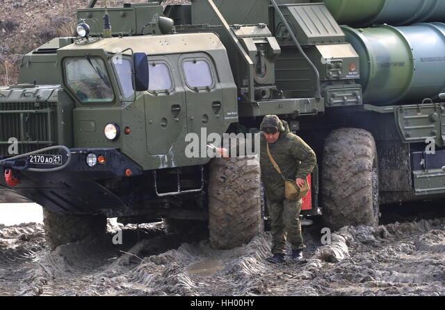 feodosiya-crimea-russia-14th-january-2017-an-s-400-triumf-medium-range-hh00hy.jpg