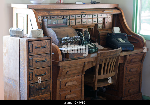 antique roll top desk with typewriter - Stock Image - Antique Cash Register Cash Desk Stock Photos & Antique Cash