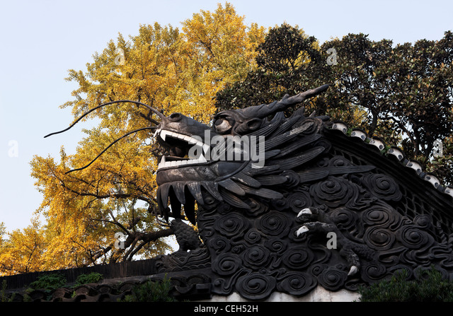 China Shanghai Yu Garden Sculpture Leisure Outdoors Carving Statue Dragon  Tree Garnish Close Up Day