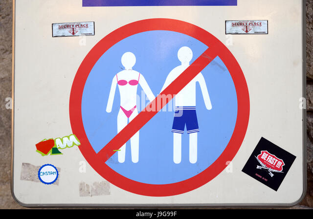 Road Sign Forbidding the Wearing of Bathing Suits, Trunks or Bikinis in the Town Centre of Aigues-Mortes Camargue - Stock Image