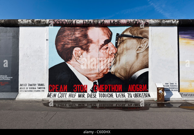 Historisch kuss stock photos historisch kuss stock for Berlin wall mural