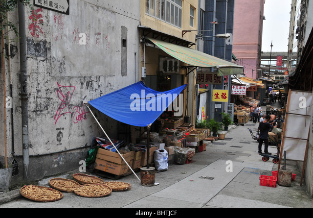 Busy des voeux road hong stock photos busy des voeux for Apartments with shops below