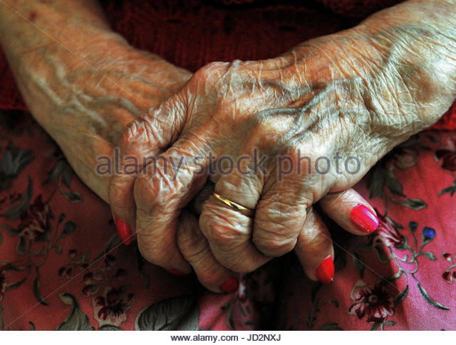 File photo dated 05/12/08 of the hands of an elderly woman. The Government is being urged to take urgent action - Stock Image