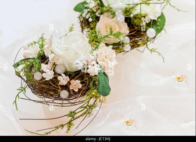 Festliche Tischdekoration In Cremeweiß Zur Goldenen Hochzeit   Stock Image