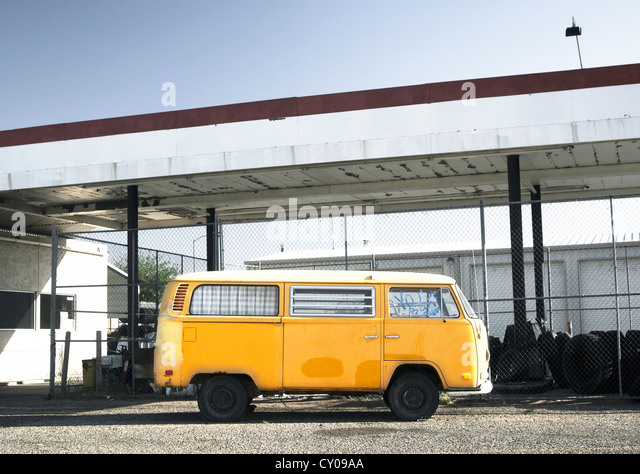 Bus repair station stock photos bus repair station stock for Garage volkswagen saint denis