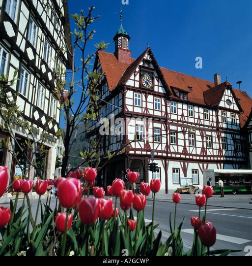 Fenster Starz Bad Urach : Marktplatz mit Fachwerkrathaus in Bad Urach, Schwaebische Alb, Baden