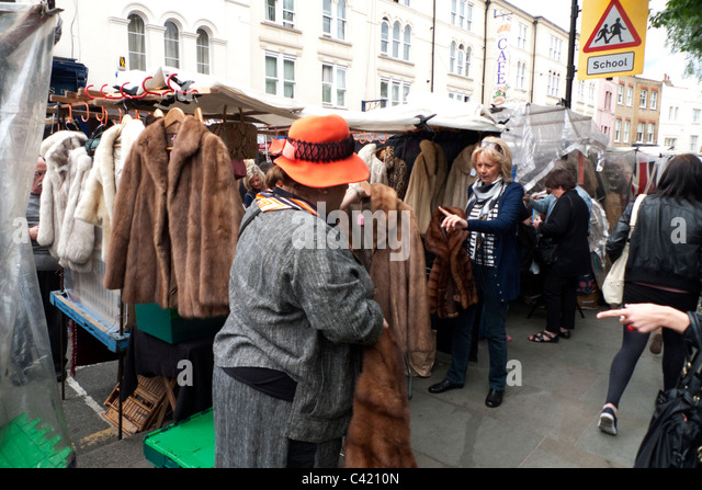 people-buying-vintage-fur-coats-and-jackets-on-a-portobello-road-market-c4210n.jpg