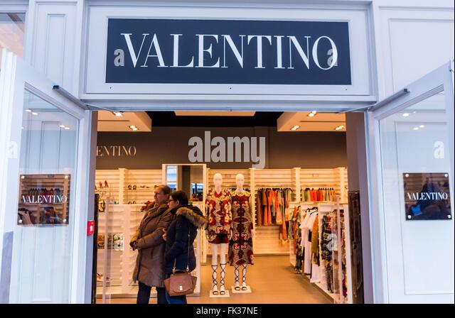 Modern front door luxury store stock photos modern front door luxury store stock images alamy - Magasin marne la vallee ...