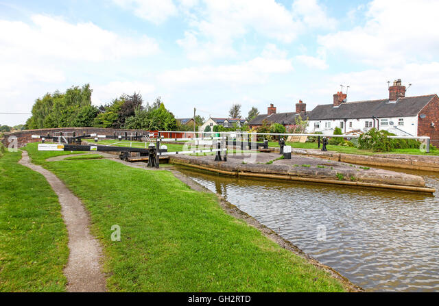 Trent and mersey canal stock photos trent and mersey for Cheshire bridge motor inn